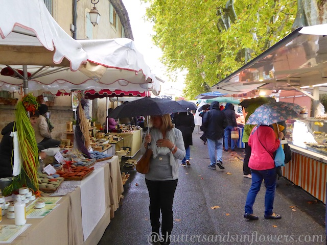 Market day in Lourmarin in the Luberon Valley, Vaucluse, Provence, France