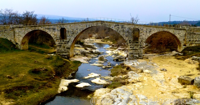 Pont St Julien, Roman Bridge near Bonnieux, Luberon, Vaucluse, Provence, France