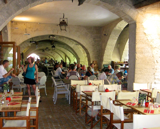 Travel Guide, dining and restaurants, Uzes, nr Provence, Languedoc Roussillon, France