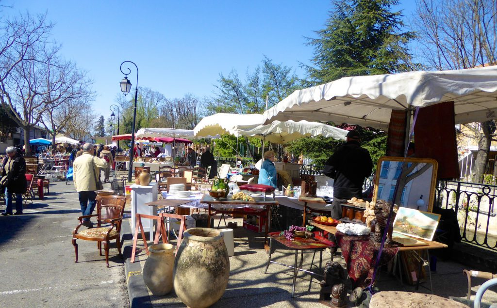 Plan your stay in Lourmarin visit,Antiques market in Isle sur la Sorgue