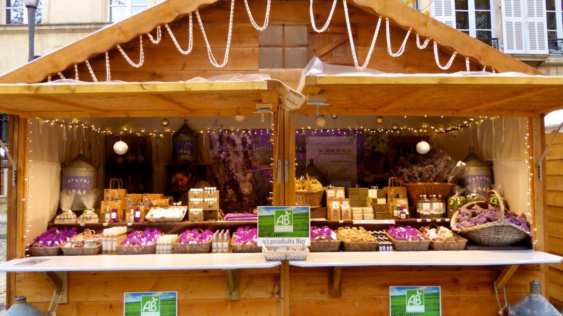 Marché de Noël stall in the Christmas market in Aix-en-Provence, Bouche du Rhone, Provence, France