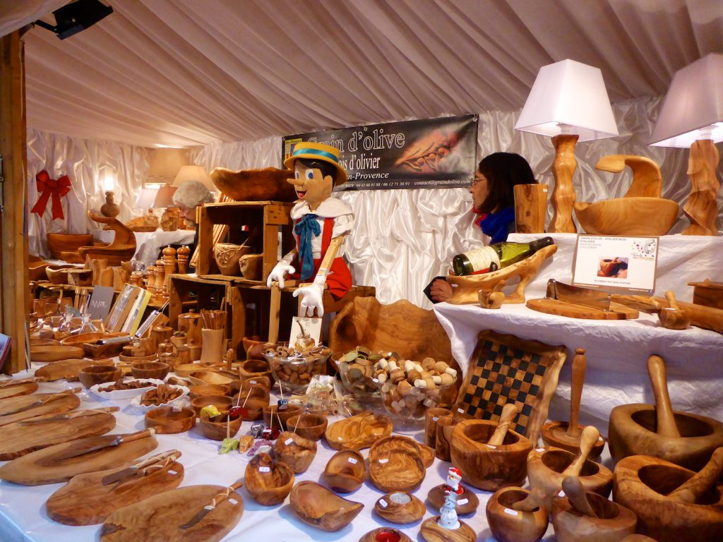 Marché de Noël stall selling olive wood in Aix en Provence, Bouche du Rhone, Provence, France