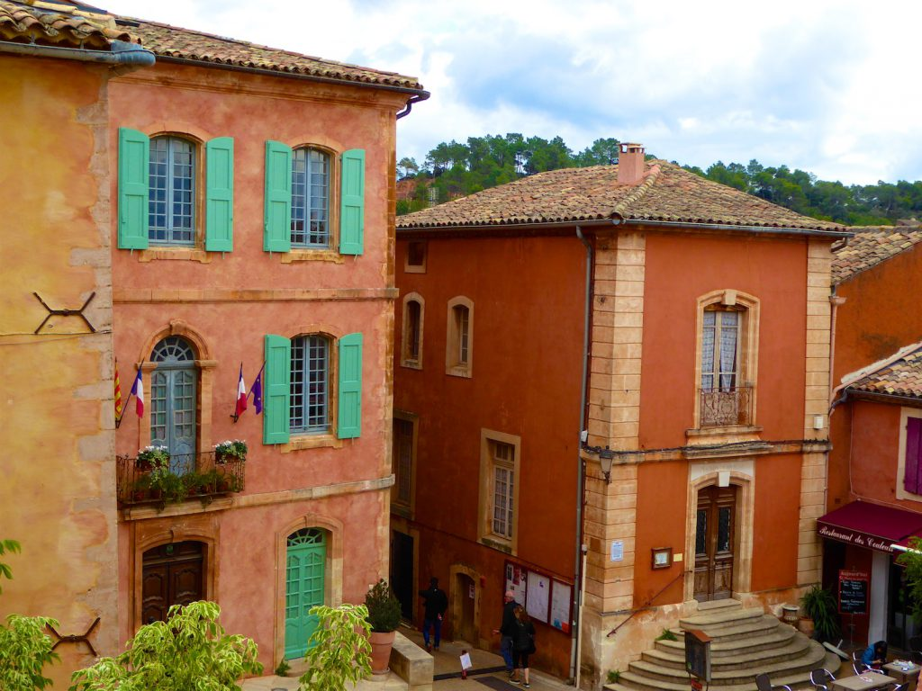 Visiting the Luberon village Roussillon in winter