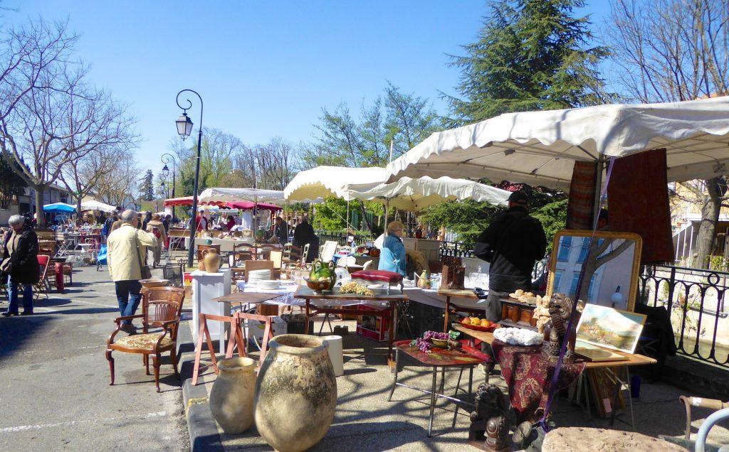 Lourmarin Travel Guide Antiques market in L'Isle-sur-la-Sorgue, Luberon, Vaucluse, Provence, France