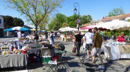 L'Isle-sur-la-Sorgue Sunday antiques market, Luberon, Vaucluse, Provence, France