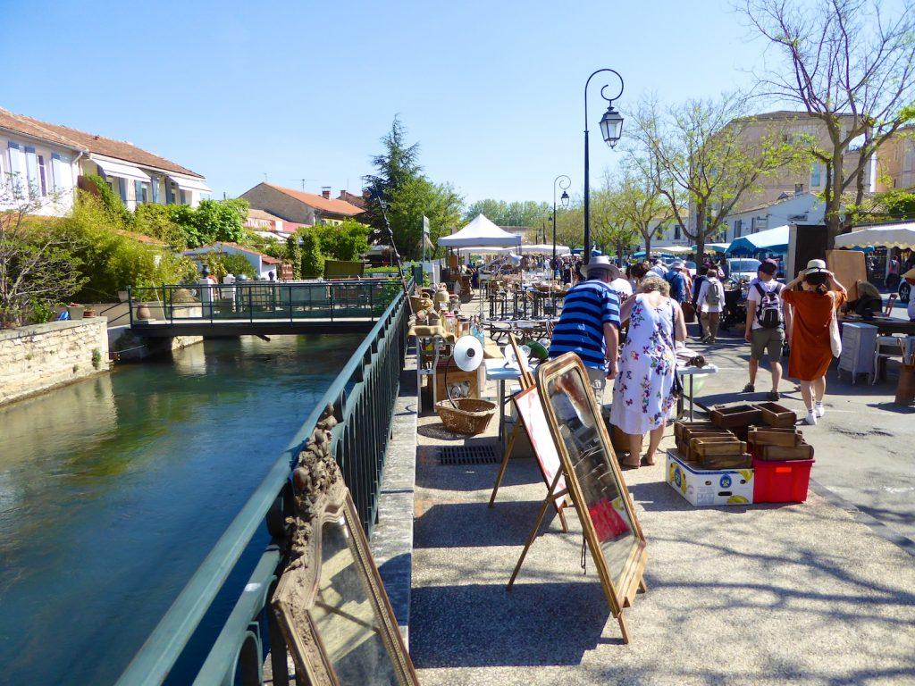 Stalls at l'Isle sur la Sorgue Sunday Antiques market, Luberon, Vaucluse, Provence, France