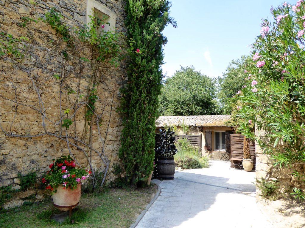 Entrance to L' Auberge la fenière, Lourmarin, Luberon Vaucluse, Luberon, Provence, France